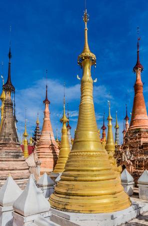 미얀마 (버마)의 Inle Lake Shan 주에있는 Shwe Inn Dein Pagoda의 stupas