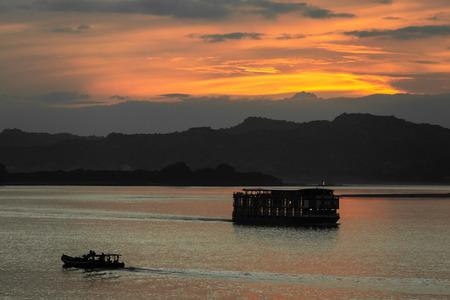 바간 미얀마 (버마)에서 Ayarwaddy 강에서 일몰