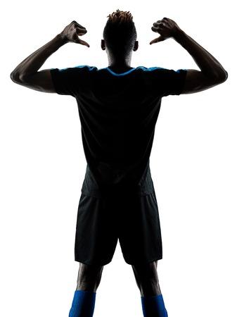 Ein afrikanischer Fußballspieler Mann spielt im Studio isoliert auf weißem Hintergrund Standard-Bild - 93719278