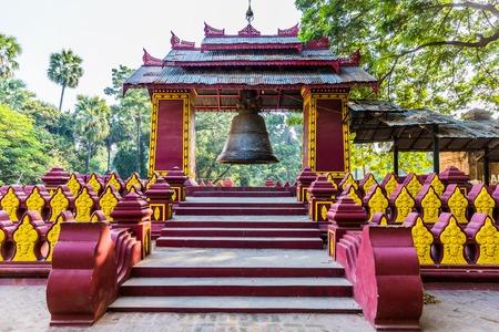 Amarapura 만달레이 주 미얀마의 Pahtodawgyi 사원 탑의 종
