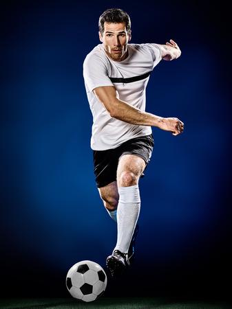 een blanke voetballer man geïsoleerd op zwarte achtergrond