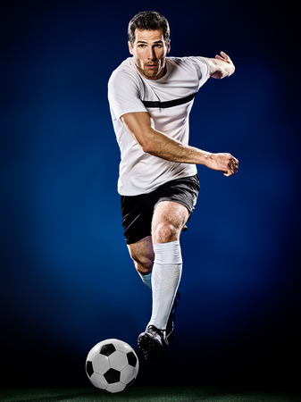 Un joueur de football caucasien isolé sur fond noir Banque d'images - 94194349