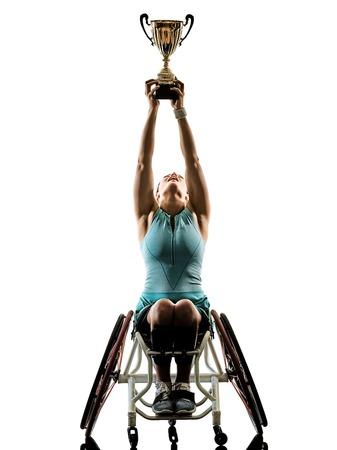 Una giovane donna caucasica del giocatore di tennis handicappata nel tudio di sport della welchair in siluetta isolata su fondo bianco Archivio Fotografico - 94487763