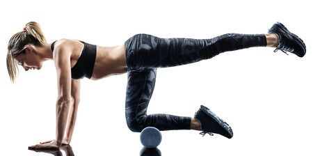 una mujer caucásica ejercicio pilates fitness rodillo de espuma ejercicios silueta aislada sobre fondo blanco
