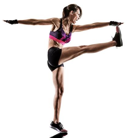 カーディオボクシングクロスコアトレーニングフィットネスエクササイズエアロビクスシルエットを行使する1人の白人女性が白い背景に隔離