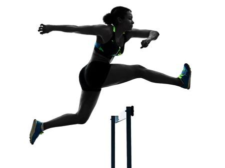 白い背景のシルエットに隔離された女性を投げつけてハードルを走る1人のアフリカのランナー