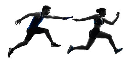 Leichtathletik-Staffelläufer-Sprinter, die Läufer in der Silhouette lokalisiert auf weißem Hintergrund laufen lassen Standard-Bild