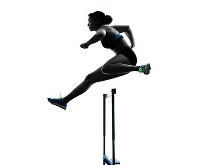 ein afrikanischer Läufer, der die Hürdenlauffrau lokalisiert auf weißem Hintergrundschattenbild läuft