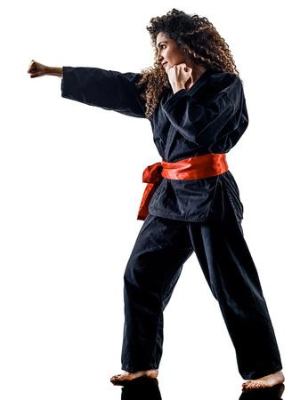 een blanke vrouw beoefenen van vechtsporten Kung Fu Pencak Silat in studio geïsoleerd op een witte achtergrond Stockfoto