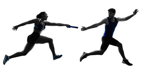 Leichtathletik-Staffelläufer-Sprinter, die Läufer in der Silhouette lokalisiert auf weißem Hintergrund laufen