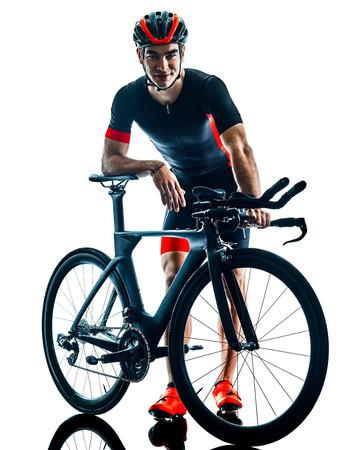 Triatleta ciclista triatlón ciclismo en studio silueta sombra aislado sobre fondo blanco. Foto de archivo