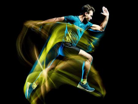 Un corridore caucasico in esecuzione pareggiatore jogging uomo luce pittura effetto velocità isolato su sfondo nero