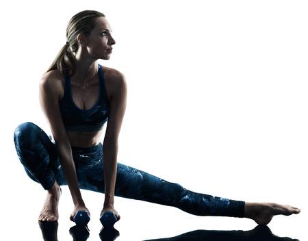 Une femme de race blanche exerçant des exercices de poids de remise en forme en silhouette isolé sur fond blanc