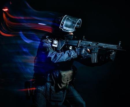 Un soldado policía swat fuerzas tácticas hombre foto de estudio aislado sobre fondo negro