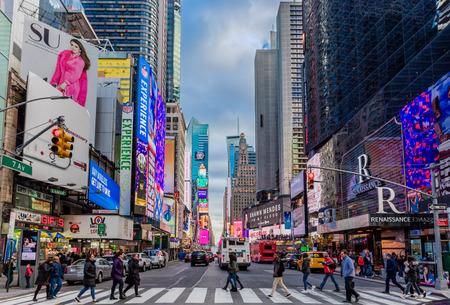CIUDAD DE NUEVA YORK - 26 de marzo de 2018: el distrito de los teatros de Broadway, uno de los principales monumentos de Manhattan