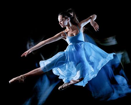 Een blanke jonge vrouw balletdanser dansen geïsoleerd op zwarte achtergrond met licht schilderij bewegingsonscherpte snelheid effect