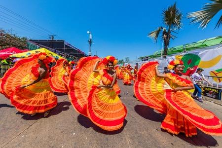 Barranquilla, Kolumbia - 25 lutego 2017: ludzie uczestniczący w paradzie karnawału festiwalu Barranquilla Atlantico Kolumbia