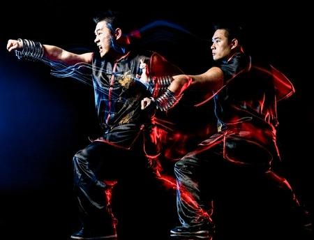 boxe chinoise whushu kung fu combattant Hung Gar homme isolé isolé sur fond noir avec effet de peinture lumière vitesse flou de mouvement Banque d'images