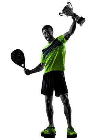 Un hombre caucásico jugando al tenis PadDLe aislado sobre fondo blanco.