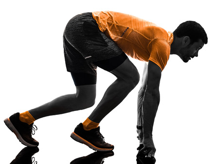 ein kaukasischer Mannläufer, der Joggerjogger-Silhouette läuft, lokalisiert auf weißem Hintergrund