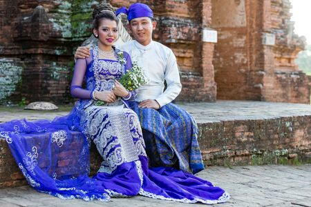 BAGAN, MYANMAR - DECEMBER 02, 2016 : Burmese bride and groom posing with traditional cosutmes in the historic capital city of Bagan Myanmar (Burma) 新聞圖片