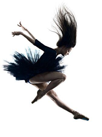 Una joven y bella mujer caucásica de pelo largo bailarina bailarina de ballet bailando studio shot silueta aislado sobre fondo blanco.