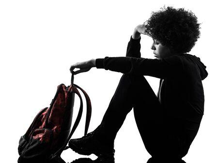 Una raza mixta africana joven adolescente niña mujer tristeza depresión en silueta de sombra de estudio aislado sobre fondo blanco. Foto de archivo