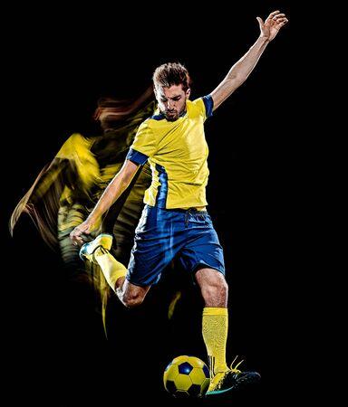 un giocatore di calcio caucasico uomo isolato su sfondo nero con effetto velocità di pittura leggera Archivio Fotografico