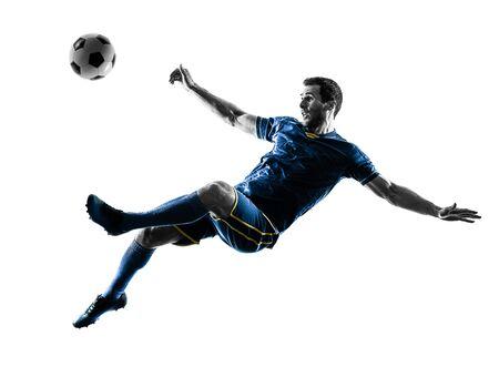 ein kaukasischer Fußballspielermann, der das Treten in die Silhouette lokalisiert auf weißem Hintergrund spielt