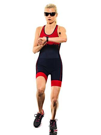 Una mujer caucásica practicando triatlón triatleta ironman runner ejecutando jogger jogging en foto de estudio aislado sobre fondo blanco.
