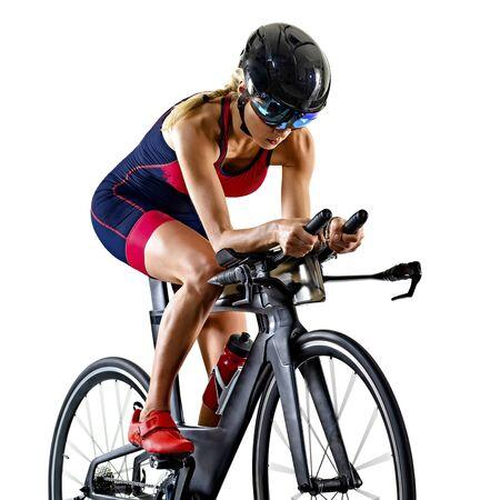 Une femme de race blanche pratiquant le triathlon triathlète ironman studio shot isolé sur fond blanc Banque d'images