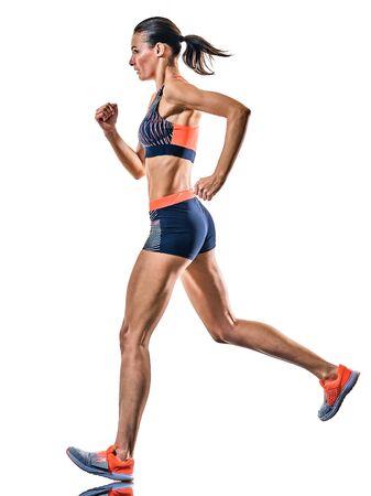 Una giovane donna caucasica runner in esecuzione pareggiatore jogging gara di atletica isolati su sfondo bianco
