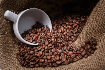 burlap sac: Studio Shot Coffee cup with coffee bag
