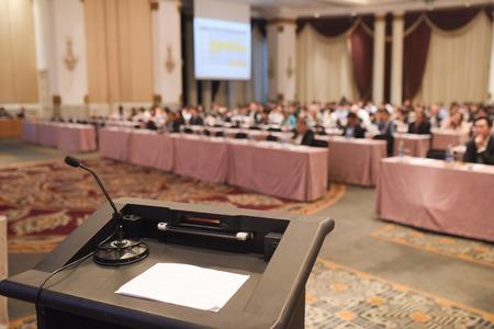 la gente borrosa resumen en reunión o conferencia habitación grande para el fondo. foto tono cálido. Foto de archivo