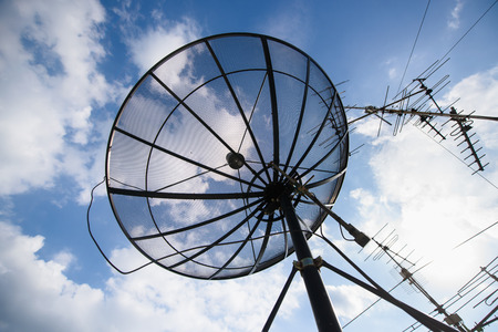 satellite dish: antena parabólica y podría cielo azul, la naturaleza
