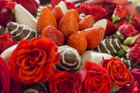 Bouquet with rose and strawberry in chocolate frosting.