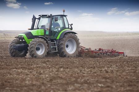 siembra: preparaci�n del terreno para la siembra de trigo en el oto�o. Foto de archivo