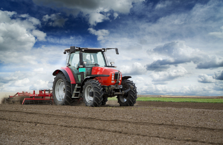 트랙터에, 봄에 농부 파종을 위해 땅을 준비