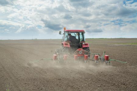 siembra: Agricultor siembra de los cultivos en el campo