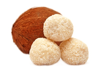 キャンディと白い背景で隔離のココナッツ