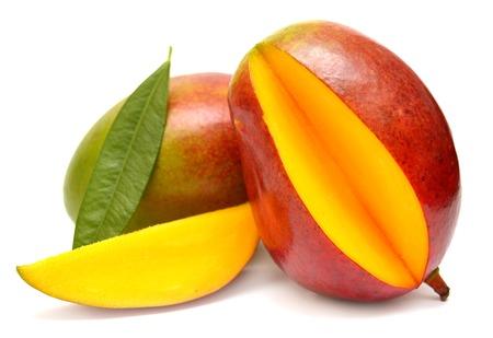 mango fruta: Mango con hojas y rodajas aisladas sobre fondo blanco