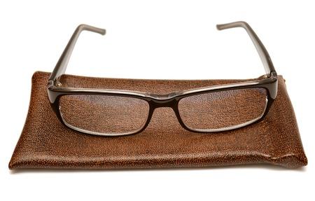 白い背景で隔離のケースで黒のメガネ
