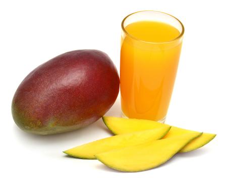 スライスしたマンゴーとマンゴー ジュースが白い背景で隔離