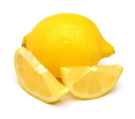 Tranche créative de citrons et ensemble isolé sur fond blanc. Fruits tropicaux jaunes. Mise à plat, vue de dessus Banque d'images