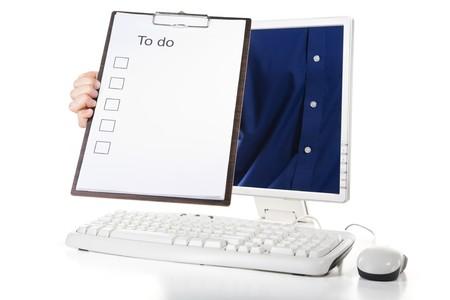 przypominać: Mężczyzna trzyma do listy od wewnątrz ekranie komputera, aby pamiętać.