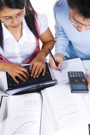 scholars: Ambos acad�micos est� ocupado en su propio estudio en la clase