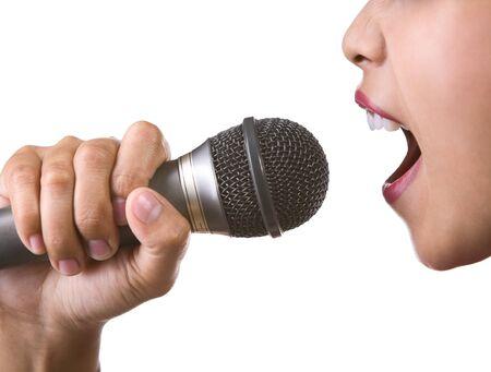 personas cantando: Una cara de la mujer con su mano sosteniendo un micr�fono, dispar� contra el fondo blanco.