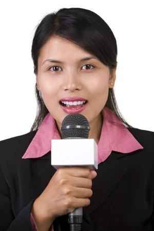 reporter: Une femme journaliste dans la retransmission en direct, tourn� contre le fond blanc. Banque d'images