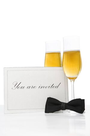 tie bow: Invitation card, con farfallino e due bicchieri di champagne Archivio Fotografico