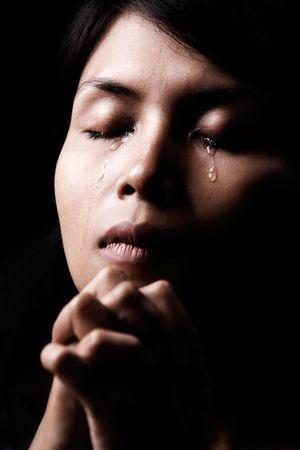 mujer orando: Una mujer llorar cuando en una profunda oraci�n